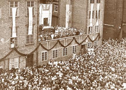 Dzień radości i tryumfu. 29 maja 1966 r. tysiące gdańszczan przywitały Prymasa Tysiąclecia na placu przy bazylice Najświętszej Maryi Panny. Gospodarzem uroczystości był ksiądz proboszcz Józef Zator-Przytocki. Fot. arch. IPN. Opublikowano w Naszym Dzienniku, w numerze 281 (2691) z dnia 2-3 grudnia 2006 r.